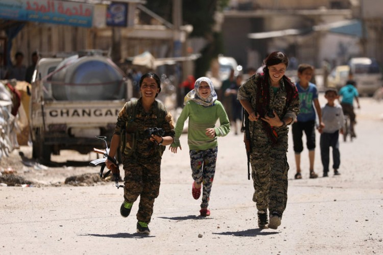 """Anh: Nhung """"bong hong"""" gop phan danh duoi IS khoi Raqqa-Hinh-15"""