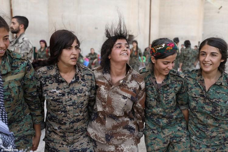 """Anh: Nhung """"bong hong"""" gop phan danh duoi IS khoi Raqqa-Hinh-4"""