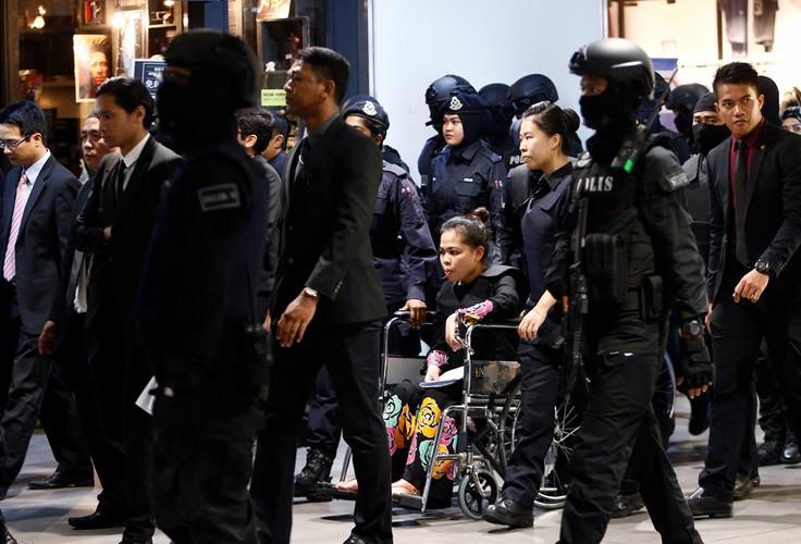 Kiet suc vi mac ao chong dan, Doan Thi Huong phai ngoi xe lan-Hinh-10