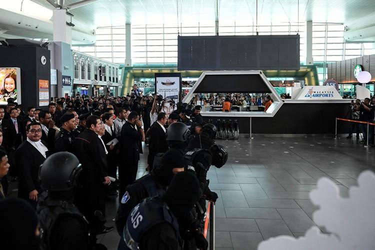 Kiet suc vi mac ao chong dan, Doan Thi Huong phai ngoi xe lan-Hinh-3