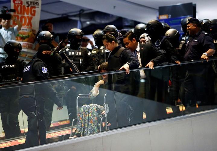 Kiet suc vi mac ao chong dan, Doan Thi Huong phai ngoi xe lan-Hinh-9
