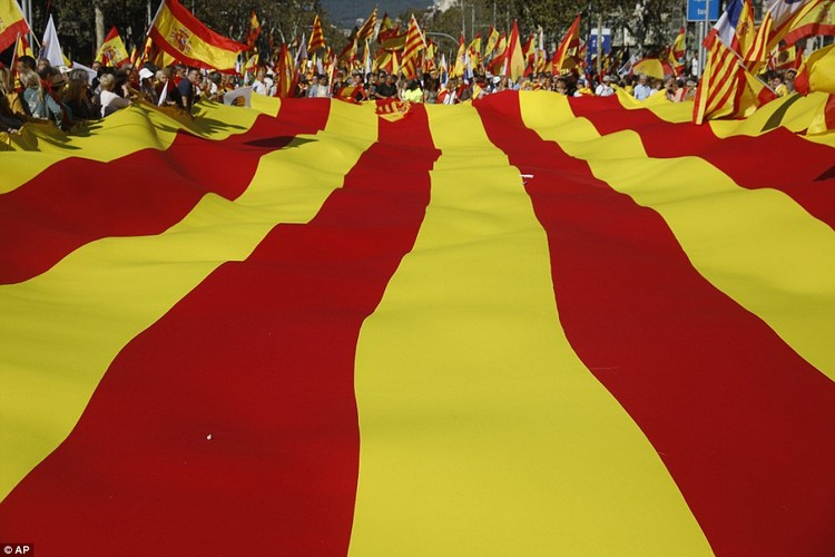 Bien nguoi tuan hanh phan doi Catalonia don phuong tuyen bo doc lap-Hinh-2