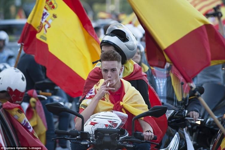Bien nguoi tuan hanh phan doi Catalonia don phuong tuyen bo doc lap-Hinh-8