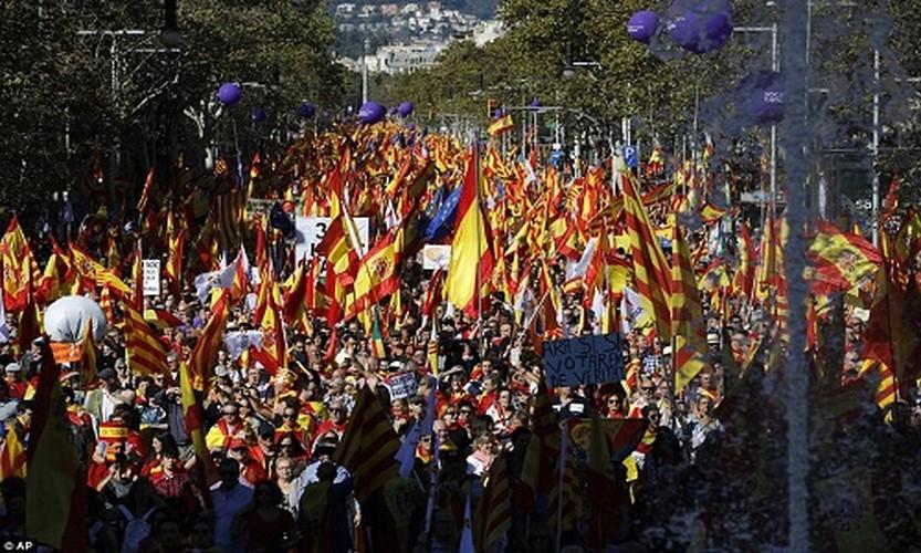 Bien nguoi tuan hanh phan doi Catalonia don phuong tuyen bo doc lap