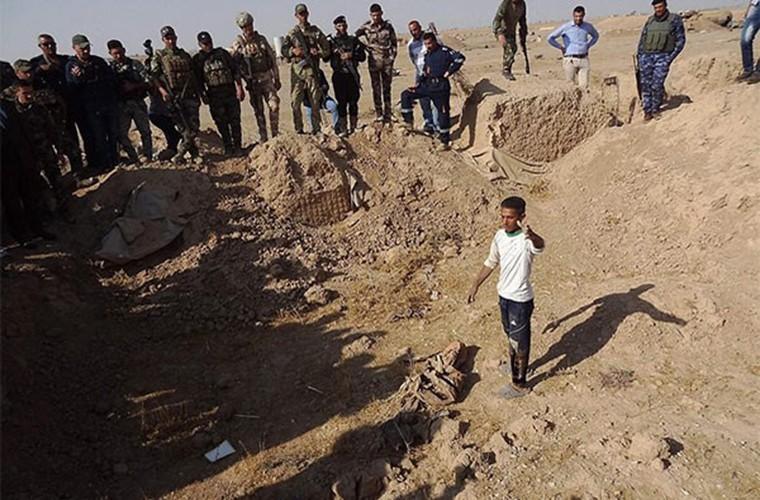 Kinh hoang ben trong ho chon tap the cua IS o Iraq-Hinh-2