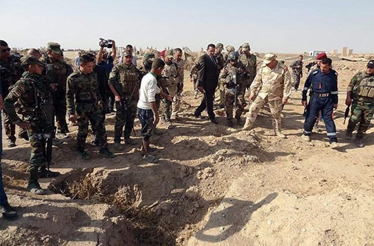 Kinh hoang ben trong ho chon tap the cua IS o Iraq-Hinh-3