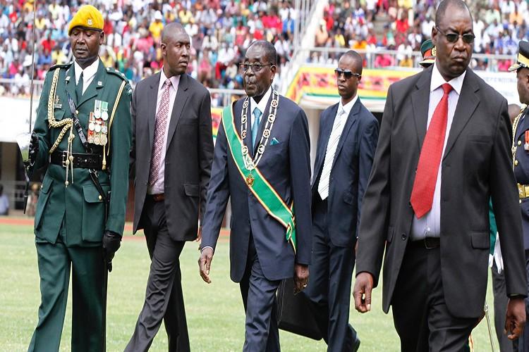 Dieu chua biet ve Tong thong Zimbabwe Robert Mugabe vua bi lat do-Hinh-10