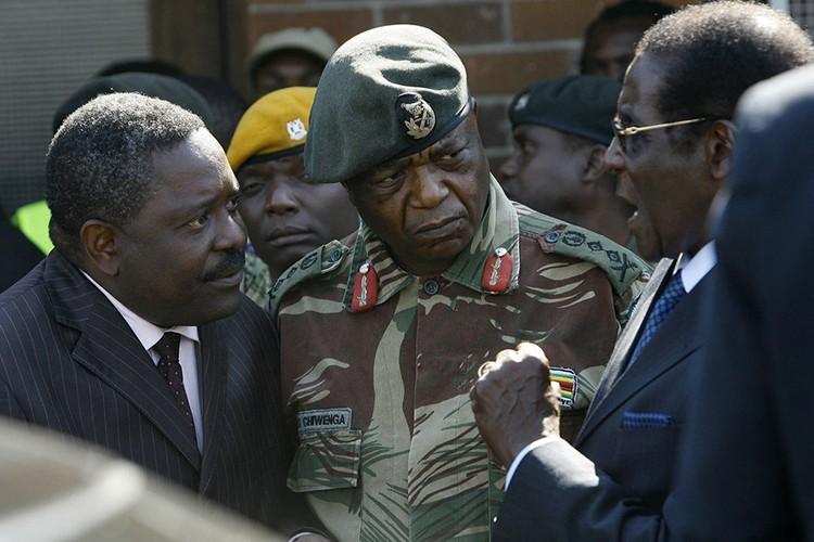 Dieu chua biet ve Tong thong Zimbabwe Robert Mugabe vua bi lat do-Hinh-11