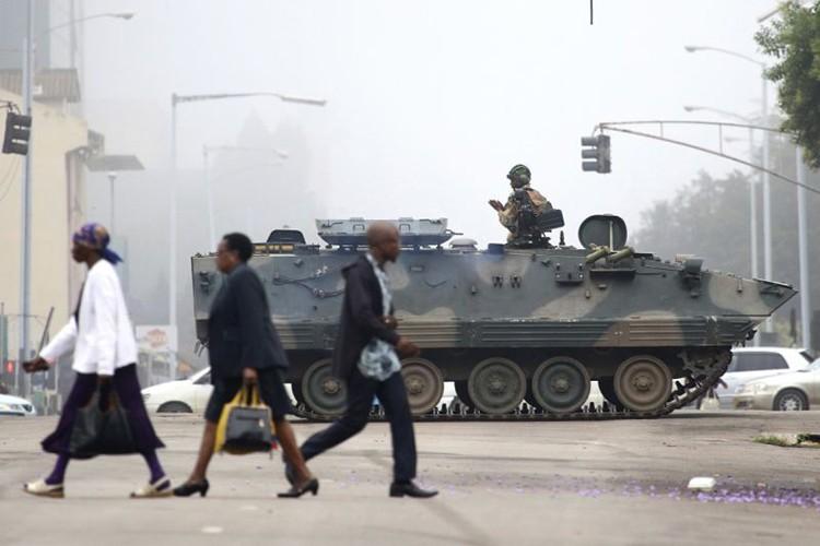 Dieu chua biet ve Tong thong Zimbabwe Robert Mugabe vua bi lat do-Hinh-12
