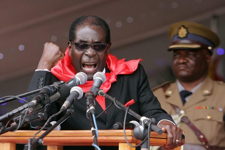 Dieu chua biet ve Tong thong Zimbabwe Robert Mugabe vua bi lat do-Hinh-3
