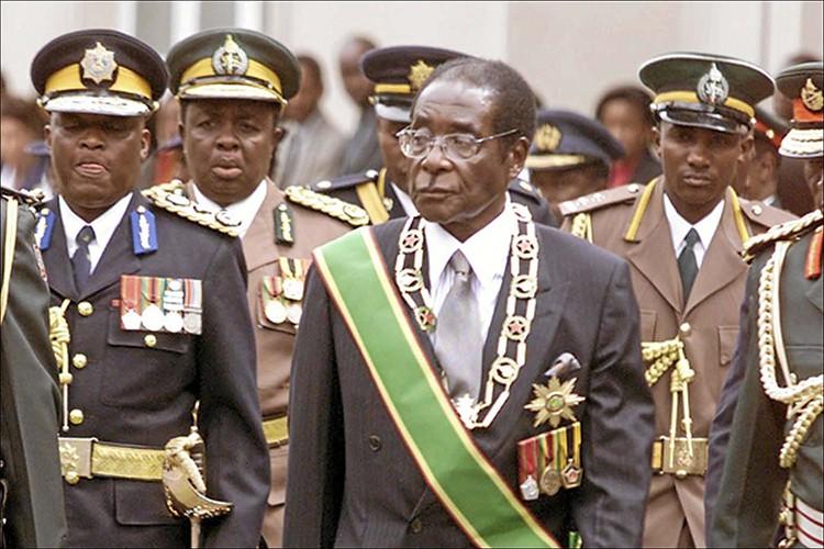 Dieu chua biet ve Tong thong Zimbabwe Robert Mugabe vua bi lat do-Hinh-5