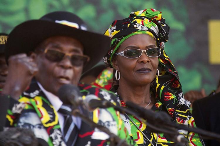 Dieu chua biet ve Tong thong Zimbabwe Robert Mugabe vua bi lat do-Hinh-6