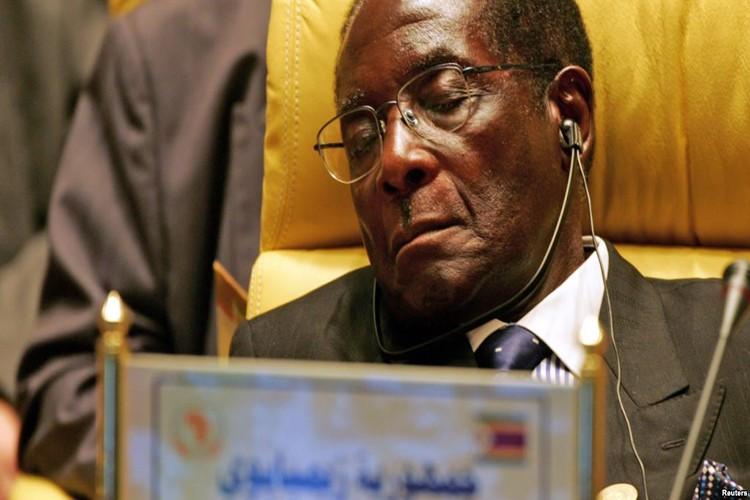 Dieu chua biet ve Tong thong Zimbabwe Robert Mugabe vua bi lat do-Hinh-7