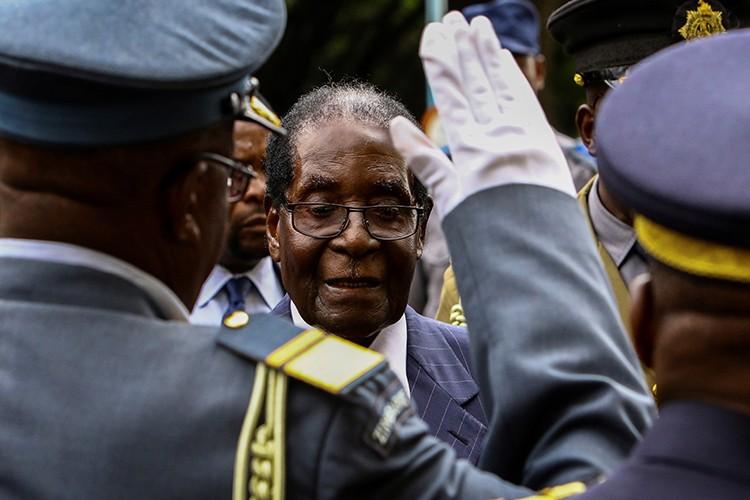 Dieu chua biet ve Tong thong Zimbabwe Robert Mugabe vua bi lat do-Hinh-8