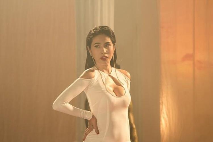Tuc mat voi trang phuc mac cung nhu khong cua Thuy Tien