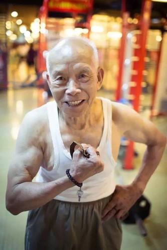 Cu ong 94 tuoi so huu co bap cuon cuon gay sot-Hinh-7
