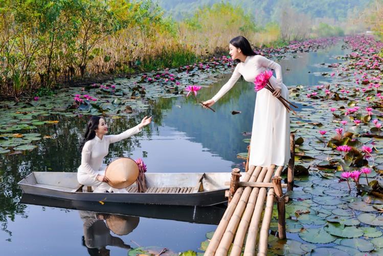 Thieu nu Ha thanh khoe sac ben ho hoa sung-Hinh-10