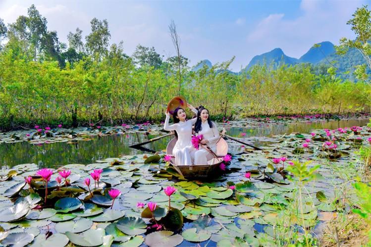Thieu nu Ha thanh khoe sac ben ho hoa sung-Hinh-12