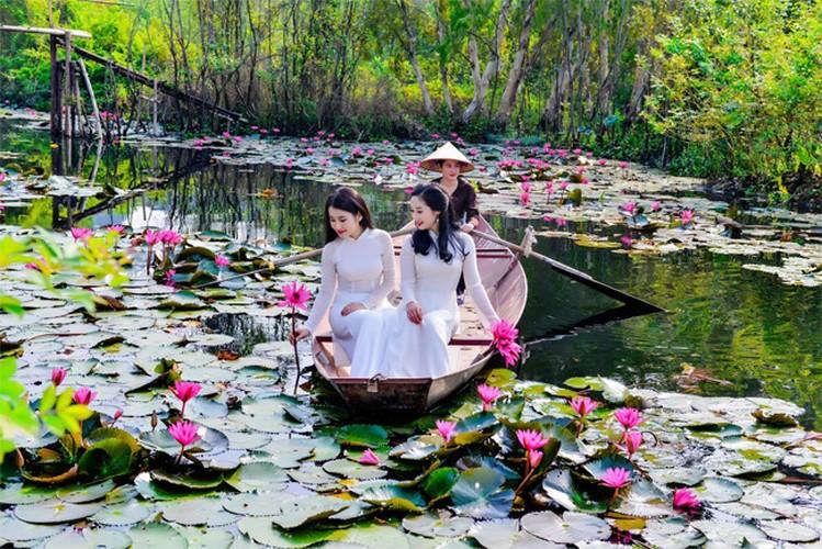 Thieu nu Ha thanh khoe sac ben ho hoa sung-Hinh-13