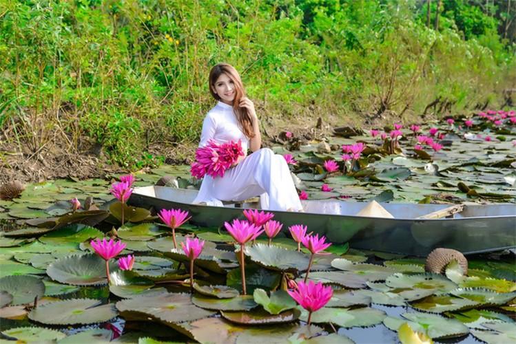 Thieu nu Ha thanh khoe sac ben ho hoa sung-Hinh-14