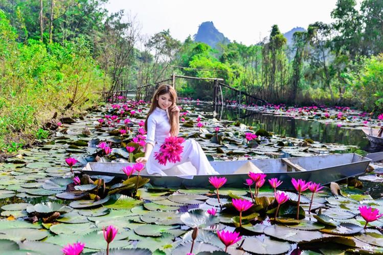 Thieu nu Ha thanh khoe sac ben ho hoa sung-Hinh-15