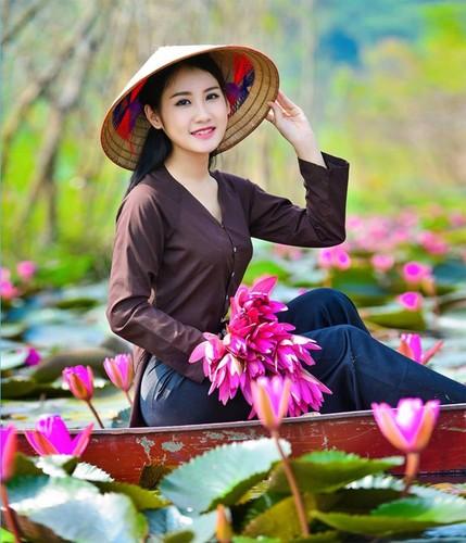 Thieu nu Ha thanh khoe sac ben ho hoa sung-Hinh-2