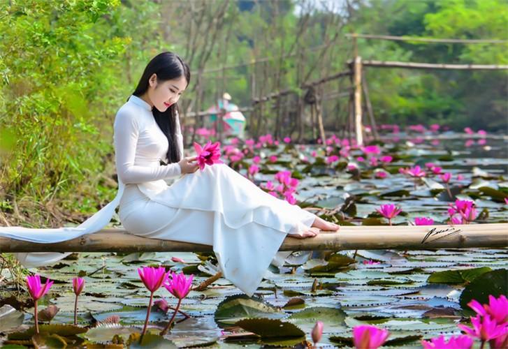 Thieu nu Ha thanh khoe sac ben ho hoa sung-Hinh-3