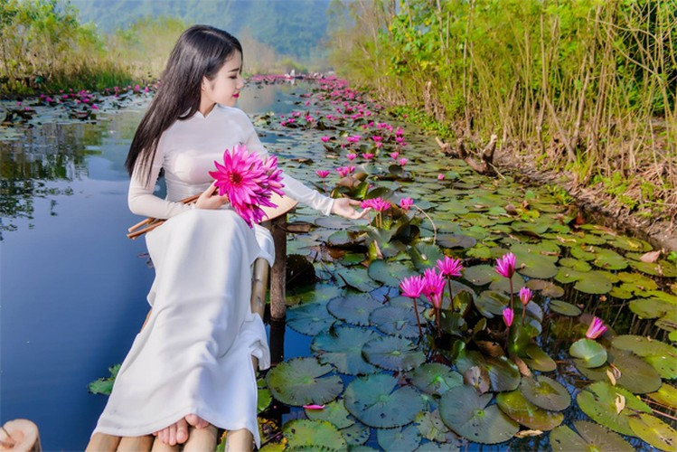 Thieu nu Ha thanh khoe sac ben ho hoa sung-Hinh-4