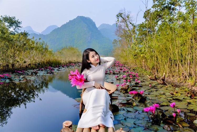 Thieu nu Ha thanh khoe sac ben ho hoa sung-Hinh-5