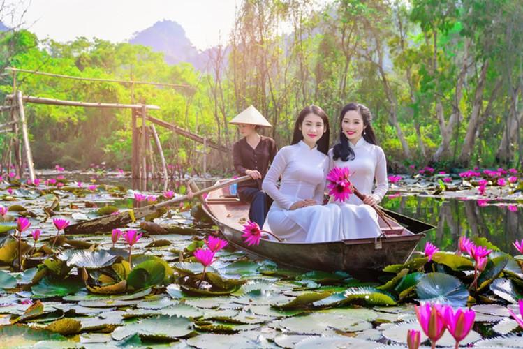 Thieu nu Ha thanh khoe sac ben ho hoa sung-Hinh-6