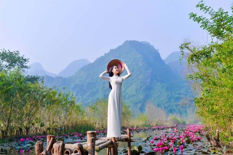 Thieu nu Ha thanh khoe sac ben ho hoa sung-Hinh-7
