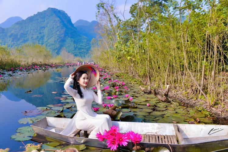 Thieu nu Ha thanh khoe sac ben ho hoa sung-Hinh-8