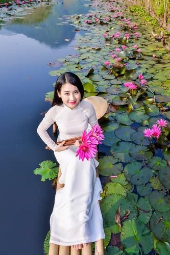 Thieu nu Ha thanh khoe sac ben ho hoa sung-Hinh-9