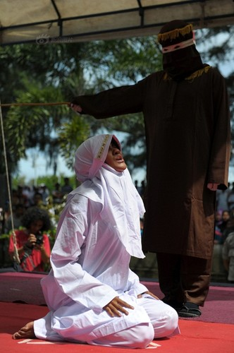 Ngoai tinh co gai Indonesia lanh du 100 roi dau don-Hinh-3