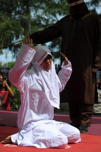 Ngoai tinh co gai Indonesia lanh du 100 roi dau don-Hinh-4