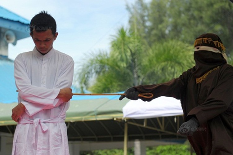 Ngoai tinh co gai Indonesia lanh du 100 roi dau don-Hinh-5