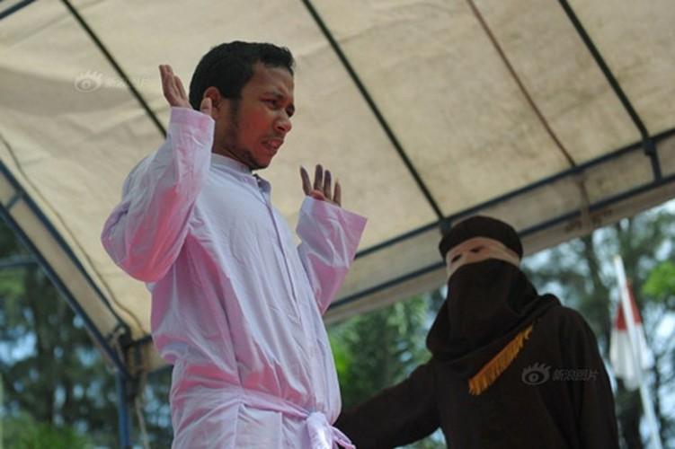 Ngoai tinh co gai Indonesia lanh du 100 roi dau don-Hinh-6