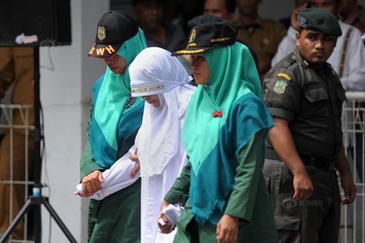 Ngoai tinh co gai Indonesia lanh du 100 roi dau don