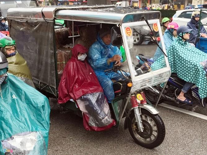 Canh khon kho trong mua ret tren duong pho Ha Noi