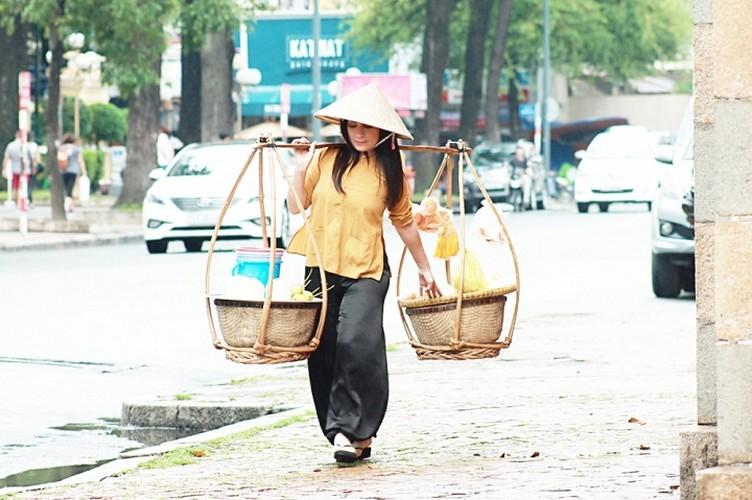 Phi Nhung ganh hang rong, Ho Van Cuong ban ve so trong MV-Hinh-4