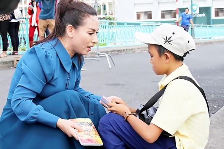 Phi Nhung ganh hang rong, Ho Van Cuong ban ve so trong MV