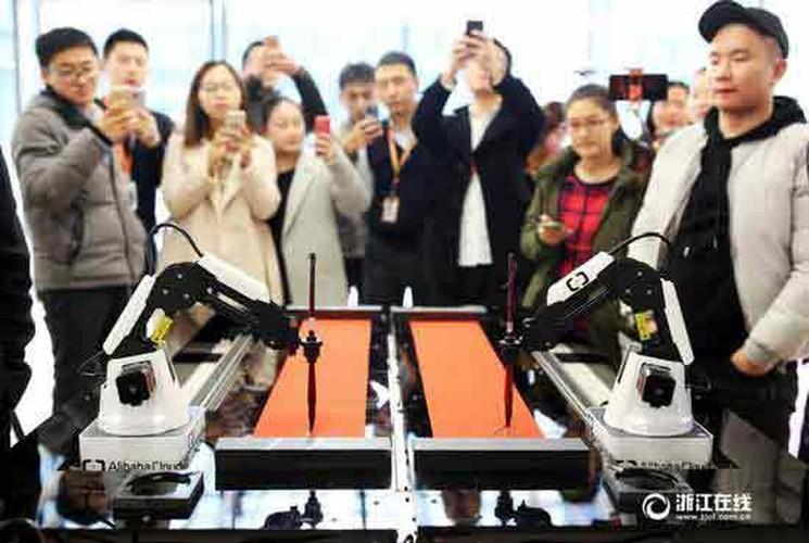 Thich thu xem robot viet cau doi Tet o Trung Quoc-Hinh-2