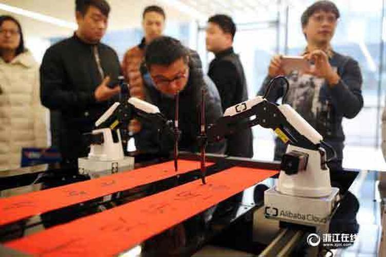 Thich thu xem robot viet cau doi Tet o Trung Quoc-Hinh-3