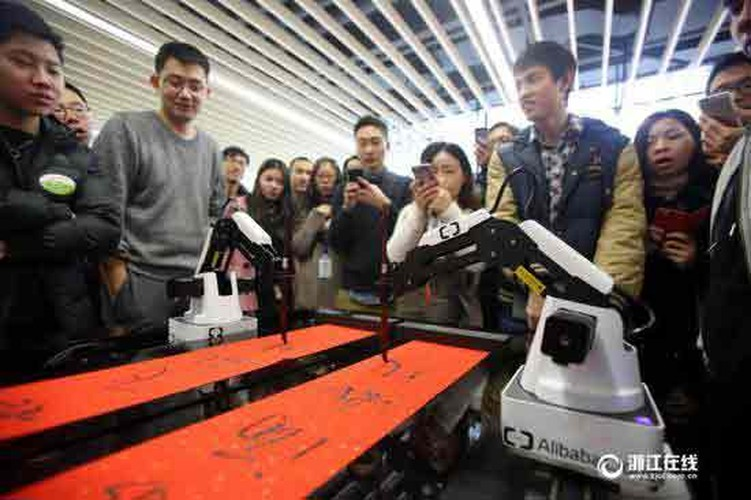 Thich thu xem robot viet cau doi Tet o Trung Quoc-Hinh-4