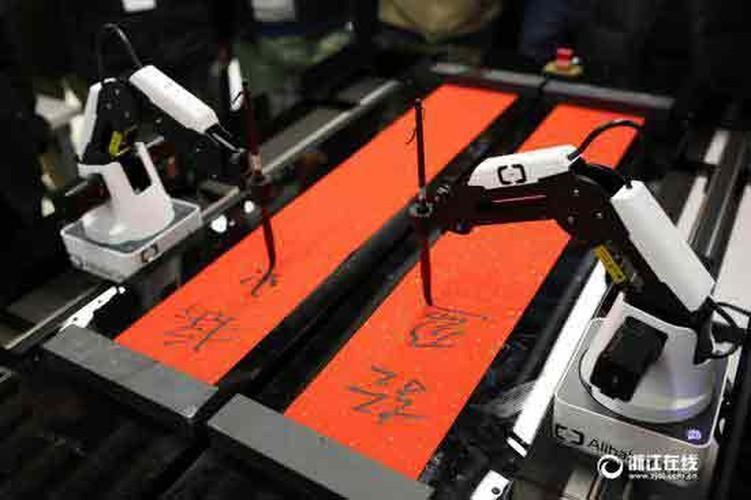 Thich thu xem robot viet cau doi Tet o Trung Quoc