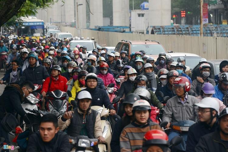 "Anh: Doan xe rong ran ""bo"" qua lo cot chan giua nga tu Ha Noi-Hinh-11"