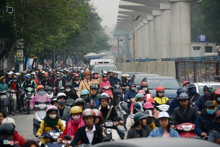 "Anh: Doan xe rong ran ""bo"" qua lo cot chan giua nga tu Ha Noi-Hinh-12"