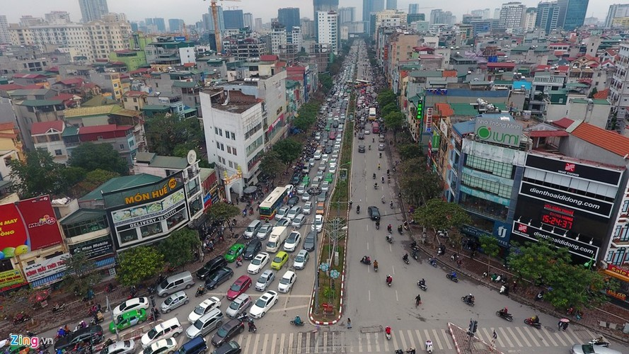 "Anh: Doan xe rong ran ""bo"" qua lo cot chan giua nga tu Ha Noi-Hinh-2"