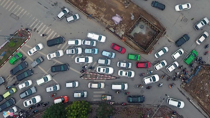 "Anh: Doan xe rong ran ""bo"" qua lo cot chan giua nga tu Ha Noi-Hinh-3"