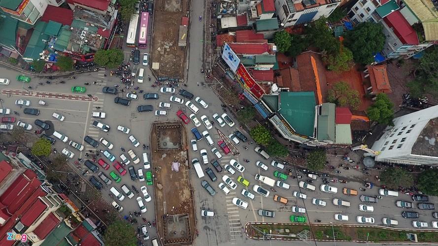 "Anh: Doan xe rong ran ""bo"" qua lo cot chan giua nga tu Ha Noi-Hinh-4"